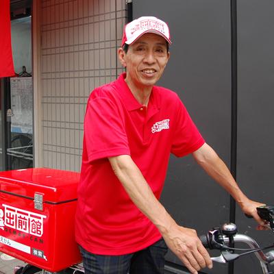 電動自転車に乗ったスタッフの写真